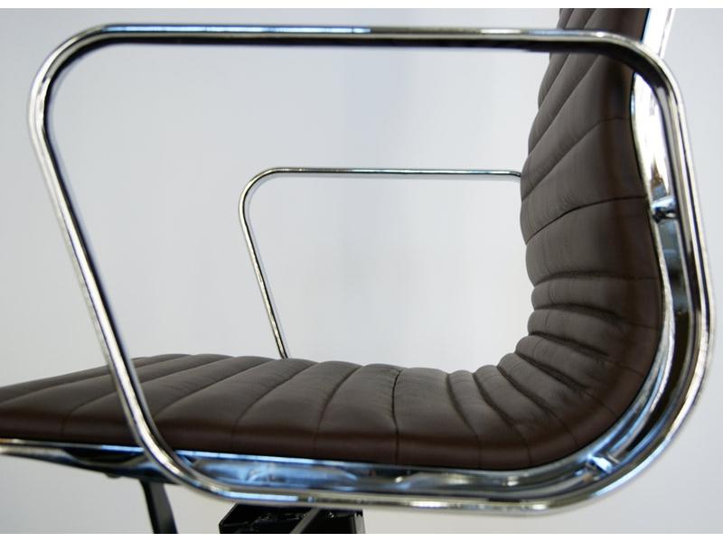 Image de l'article Chaise Eames Alu EA119 - Marron foncé