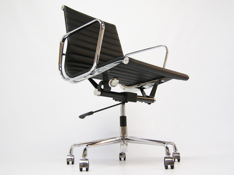 Image of the design chair Eames chair Alu EA117 - Black