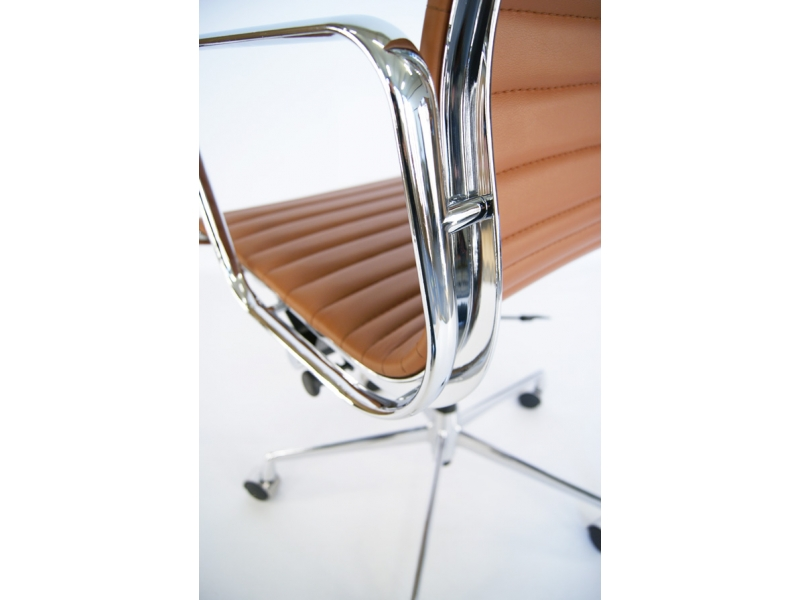 Image of the design chair Eames chair Alu EA117 - Caramel