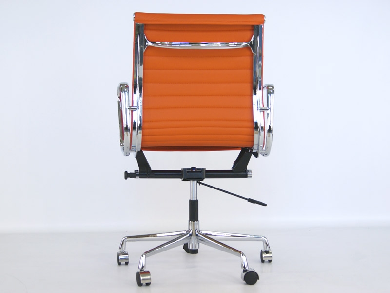 Image of the design chair Eames chair Alu EA117 - Orange