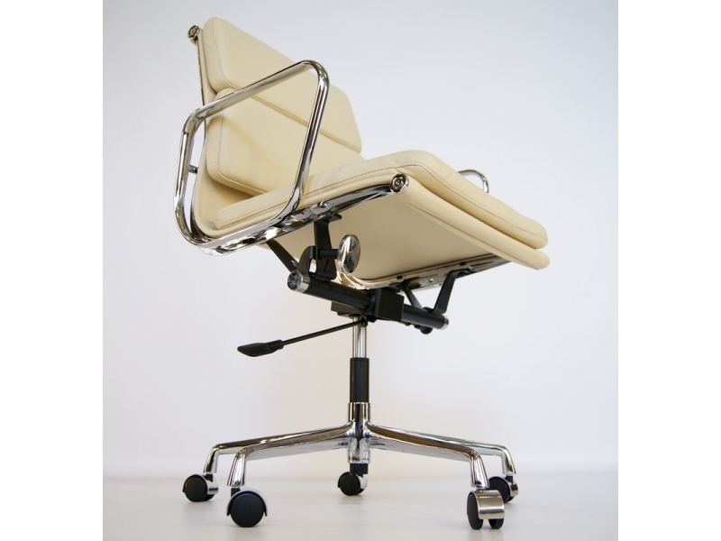 Image of the design chair Eames Soft Pad EA217 - Beige