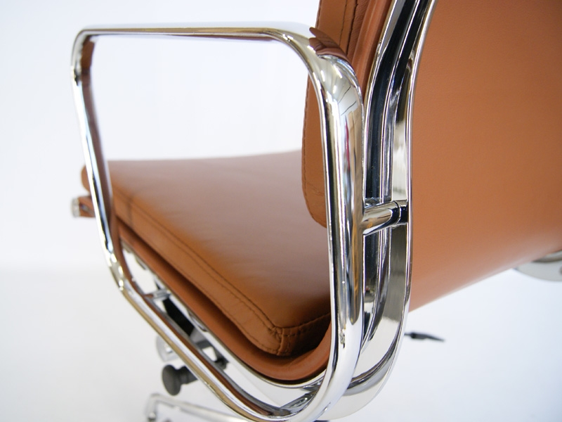 Image of the design chair Eames Soft Pad EA217 - Caramel