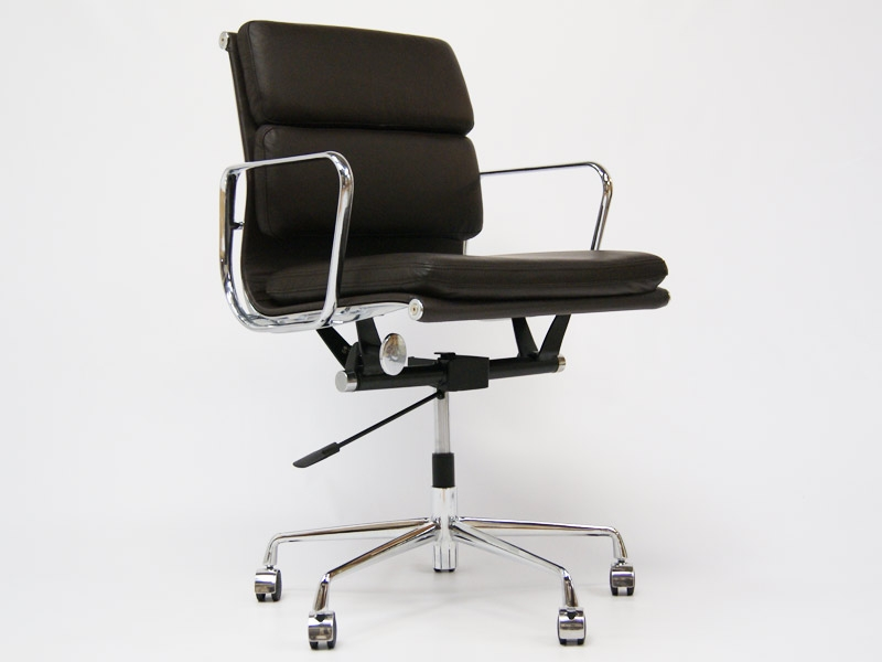 Image of the design chair Eames Soft Pad EA217 - Dark brown
