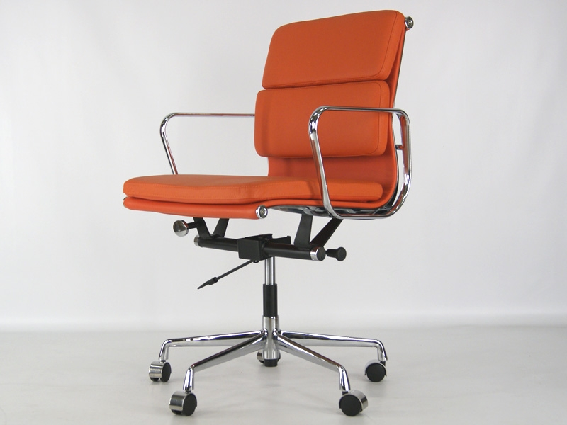 Image of the design chair Eames Soft Pad EA217 - Orange