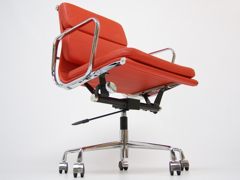 Image of the design chair Eames Soft Pad EA217 - Red
