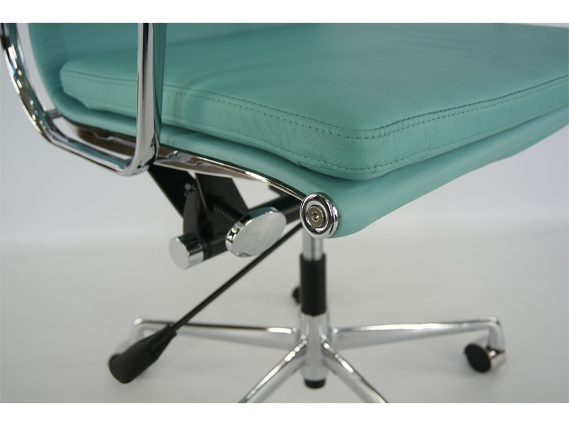 Image of the design chair Eames Soft Pad EA217 - Sky blue