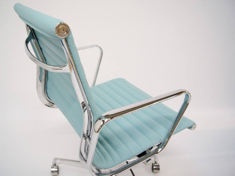 Bild von Stuhl-Design Eames Alu EA117 - Himmelblau