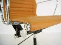 Bild von Stuhl-Design Eames Alu EA117 - Havanna