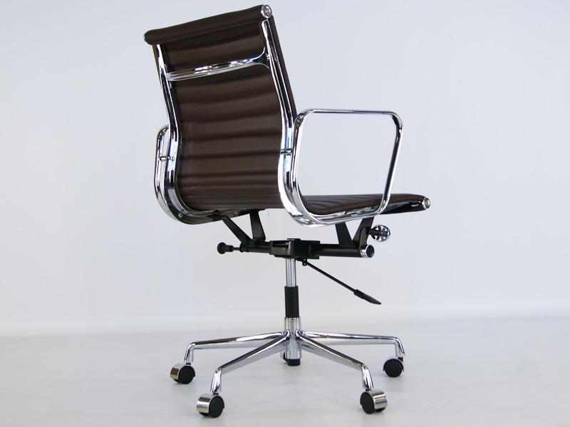 Image de la chaise design Eames Alu EA117 - Marrón Oscuro