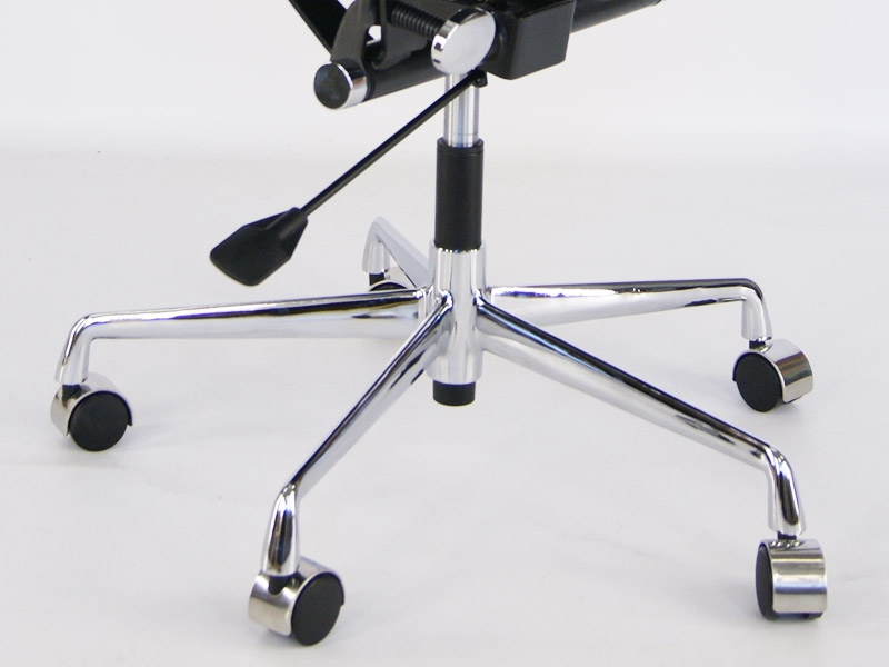 Image de la chaise design Eames Soft Pad EA217 - Beige